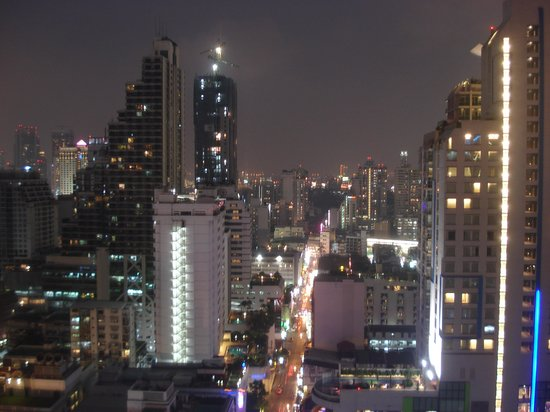 Fraser Suites Sukhumvit: Night view of Sukhunvit main road from 16th floor window