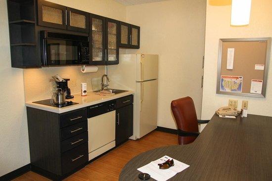 Candlewood Suites - Nanuet: кухня