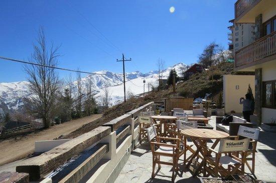 Chalet Valluga: Terraço frontal com ofurô ao fundo e lareiras a céu aberto na frente