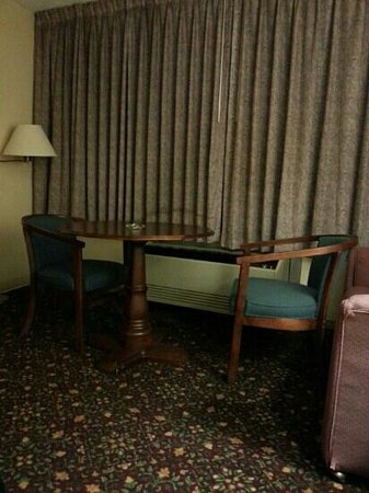 Days Inn Bridgewater Conference Center Somerville Area: Furniture in smoking room