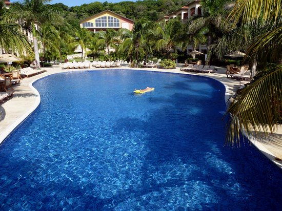 Infinity Bay Spa and Beach Resort: Pool crowded at midday