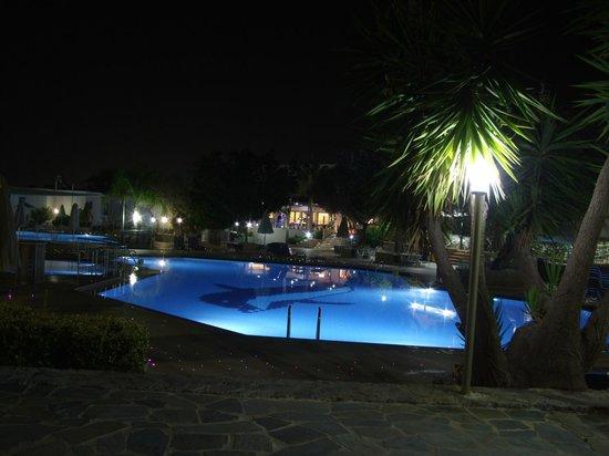 Sirios Village Hotel & Bungalows: Η  πισίνα το βράδυ.