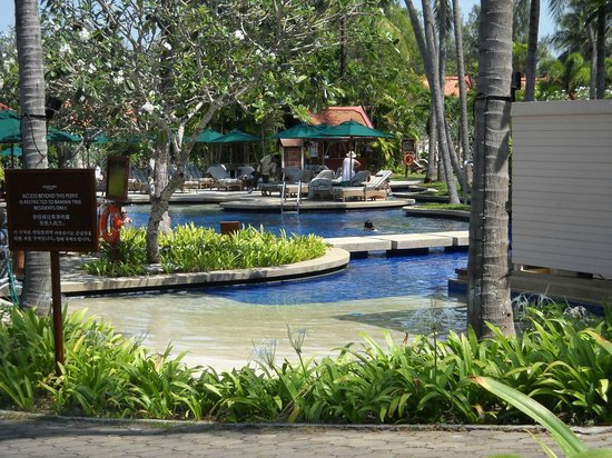 DoublePool Villas by Banyan Tree : Common swimming pool