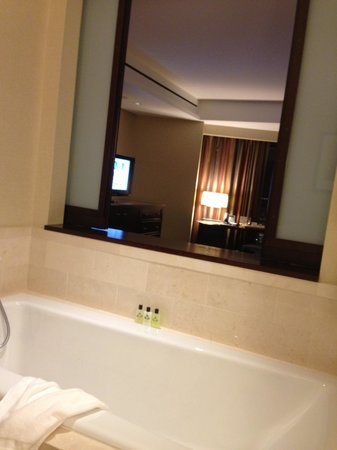 InterContinental Boston: Window between bathroom and bedroom