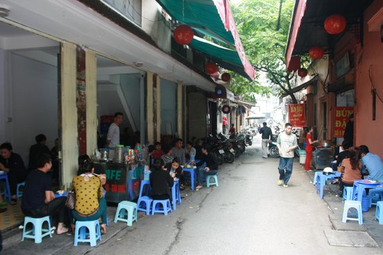 Quang Hiep Hotel: Great local food and cheap beer just outside the hotel