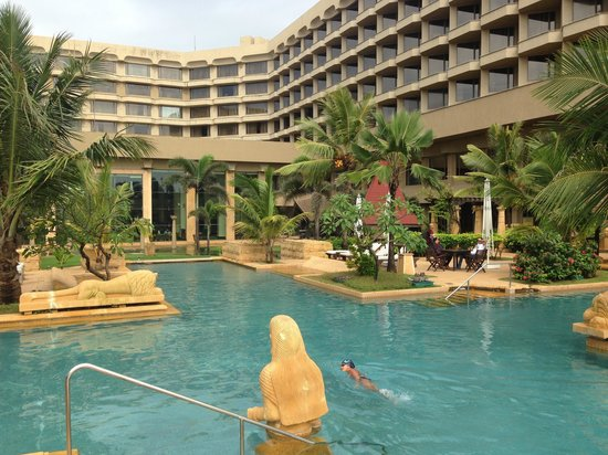 JW Marriott Mumbai Juhu: Marriot pool side
