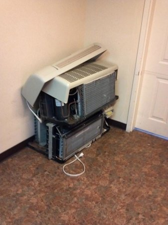 Quality Inn near Seaworld: Airconditioning units left in hallways