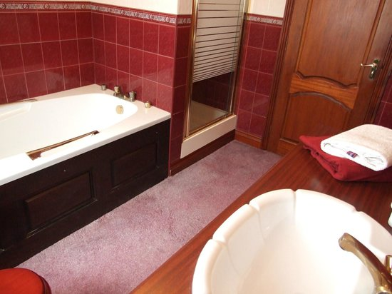 Villa Farm Bed and Breakfast: Ensuite to the Green Bedroom - with shower and jacuzzi bath