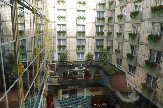 Radisson Blu Hotel, Amsterdam: View of atrium from lift lobby