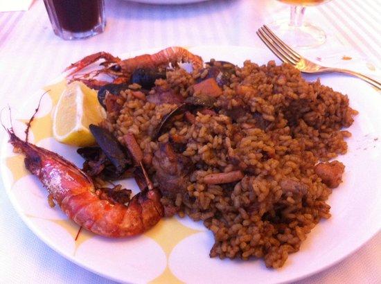 La vela : A mixed meat/seafood paella.