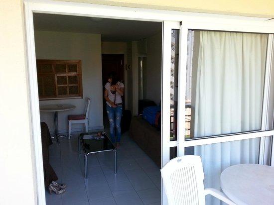 Apartamentos Nucleo Cristal : Onze kamer, erg gezellig met het tafeltje en raam naar de keuken