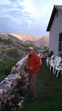 Yellowstone River Motel: The patio was a great place to relax while planning the next day.
