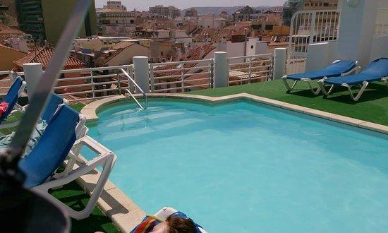 Hotel Villa de Laredo: Roof top pool, sunbeds, plastic grass flooring
