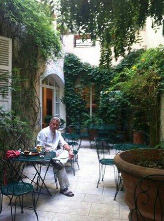 Hôtel Le Clos Medicis: courtyard
