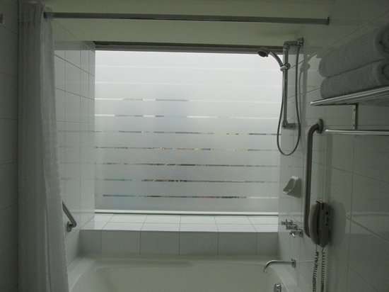 Casa Andina Premium Miraflores: Never had a tub, shower with a picture window before.