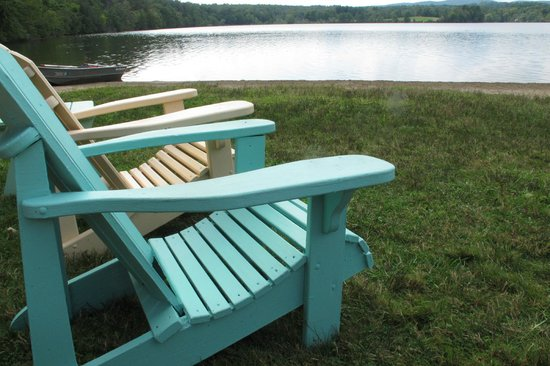 Black Swan Inn Berkshires, an Ascend Collection Hotel: chairs at the lake in back on the hotel
