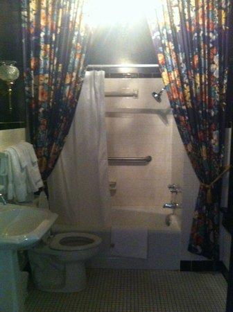 Beaumont Inn: Bathroom in room 8