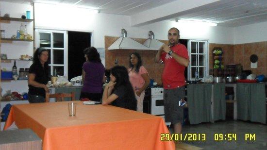 Hostel Ladera Norte: cocina-comedor