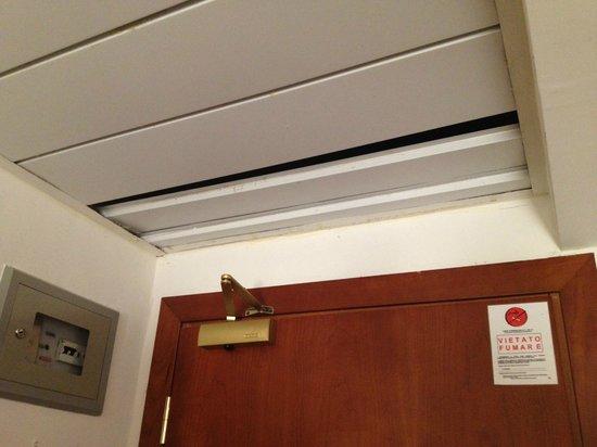 Hotel Mercurio Venezia: Plafond donnant directement dans les combles sous-toit