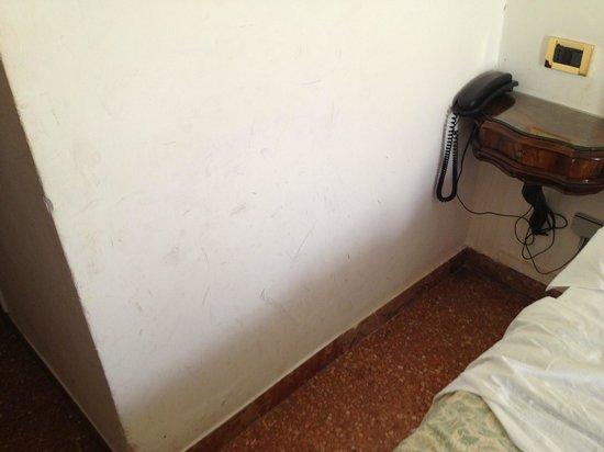 Hotel Mercurio Venezia: Traces noires