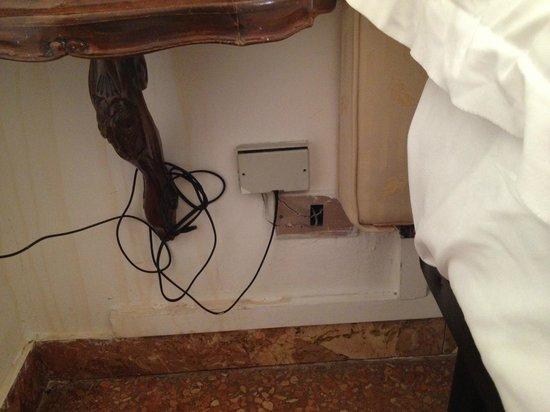 Hotel Mercurio Venezia: Un peu de câblage