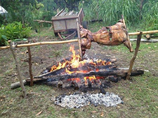 Aukara Lodge, El Taller de Bene Tuki: Deliciosos asado al palo que nos convidaron a comer
