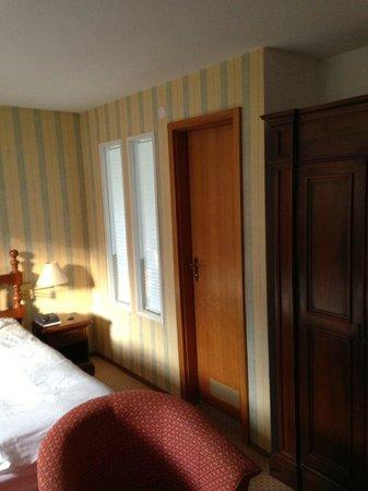 Romantik Hotel Johanniter-Kreuz: Bedroom with door to bathroom