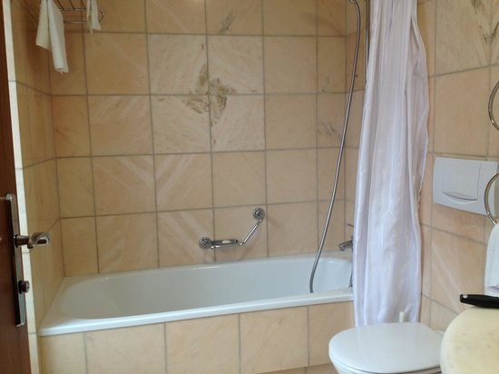 Eden Hotel Wolff: Very clean bathroom with great tub for soaking