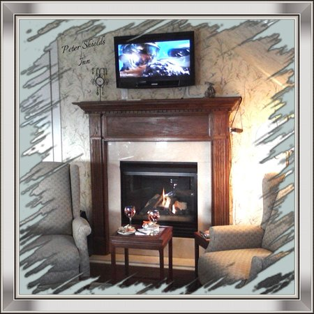 The Peter Shields Inn: Relaxing sitting area by fireplace in room