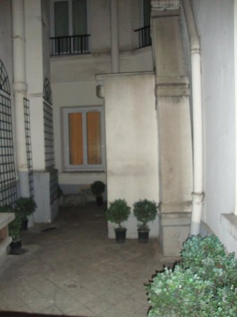 Best Western Ducs De Bourgogne : Small courtyard view from room