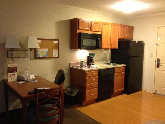 Candlewood Suites Kansas City Speedway: Kitchen Area