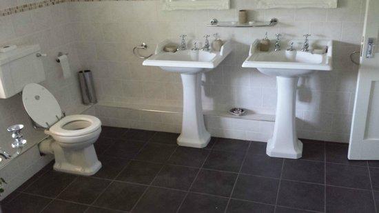 Lenwade Country House Hotel: Bathroom in honeymoon suite
