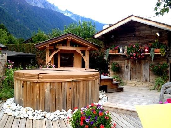 Auberge du Manoir: Outdoor spa in the garden :)