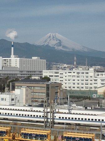 Dormy Inn Mishima: 新幹線と富士山