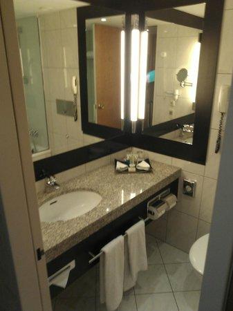 Hotel Nikko Dusseldorf: Bathroom
