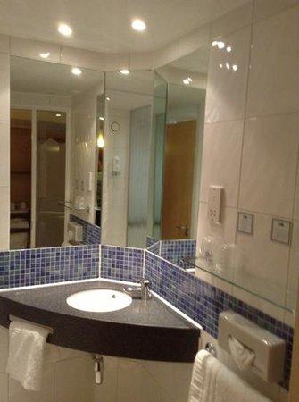 Holiday Inn Express Liverpool-John Lennon Airport : bathroom
