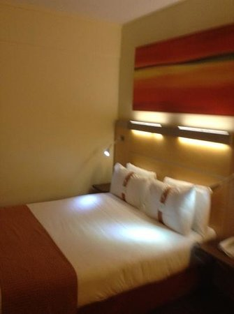 Holiday Inn Express Liverpool-John Lennon Airport : bed