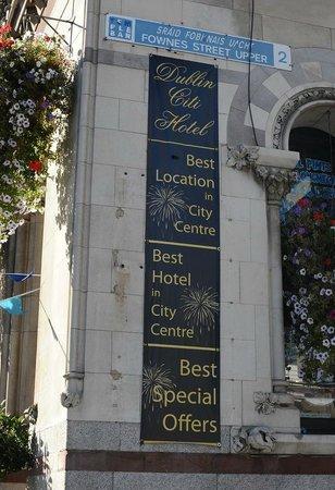 Dublin Citi Hotel: Outside walking down dame street.