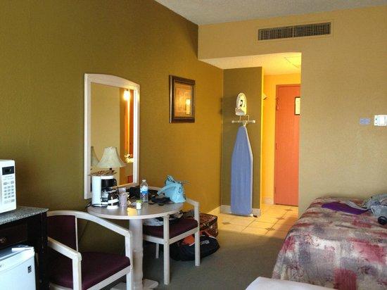 Medicine Hat Inn & VLT Lounge: Room with 2 Queens