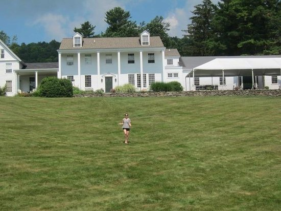 Fontainebleau Inn: The beautiful, sprawling lawn