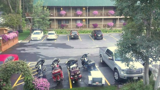 River's Edge Motel: View from our room to the back parking area