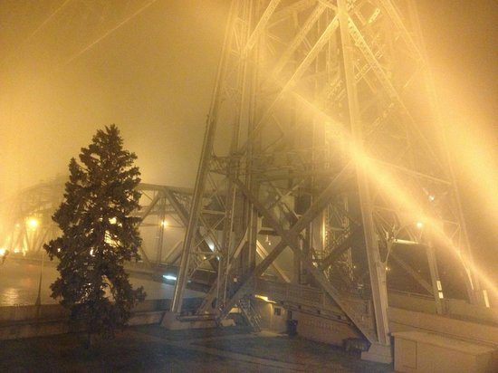 South Pier Inn on the Canal: A view of the Duluth lift bridge from our room on a foggy night