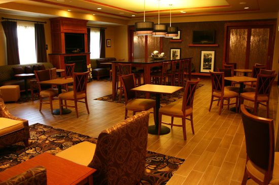 Hampton Inn Easton: Breakfast Room and Lobby Area