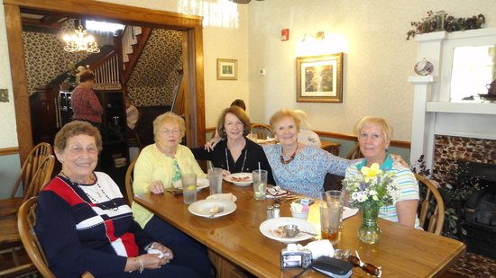 English Ivy Restaurant: Our group of five enjoying lunch!!