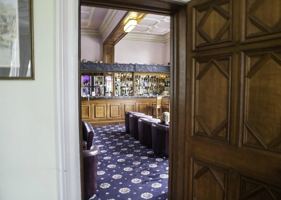 Wroxall Abbey Hotel & Estate: Looking through to the bar
