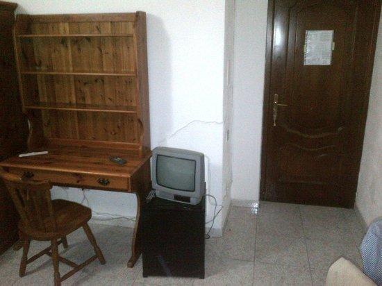 Hotel 4 Mori: Tv e ingresso stanza