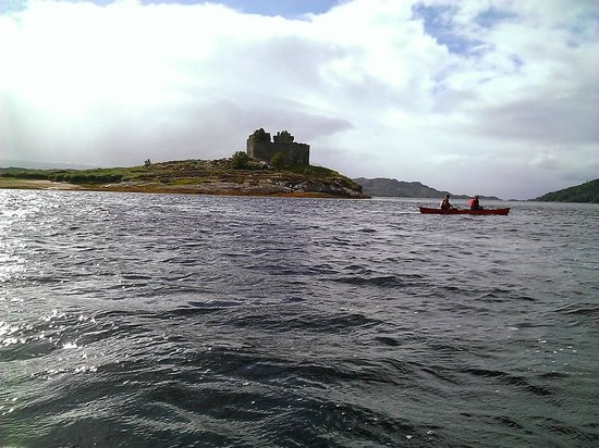 Wilderness Guides Day Tours: Castle ruins on Loch Moidart.