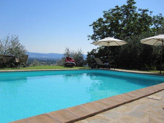 Casale Favilluta: piscina con panorama bellissimo