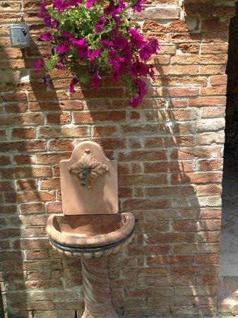 Agriturismo Fattoria Armena: Garden Fountain