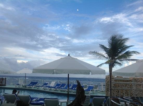 Oyster Bay Beach Resort: moon over the pool